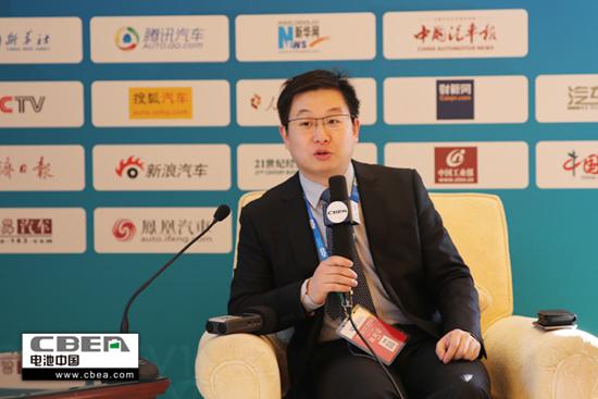 图为《电池中国》网在2016百人会年会上采访微宏动力市场副总裁宋寒.jpg