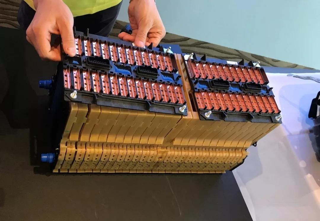 新闻资讯 电动汽车 动力电池     采用专利的片层式水冷电池模组结构.